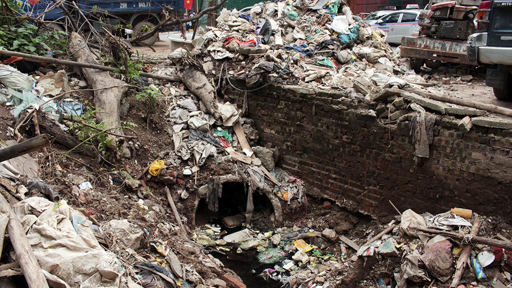 Hà Nội nhiều nơi rác thải tràn lan chất thành núi - Ảnh 1.