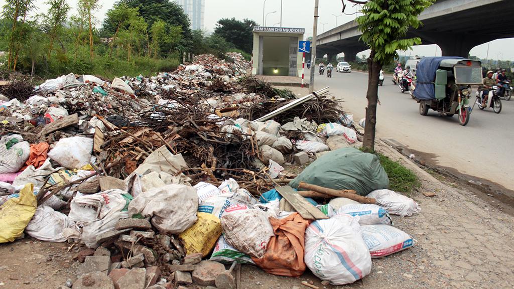 Hà Nội nhiều nơi rác thải tràn lan chất thành núi - Ảnh 12.