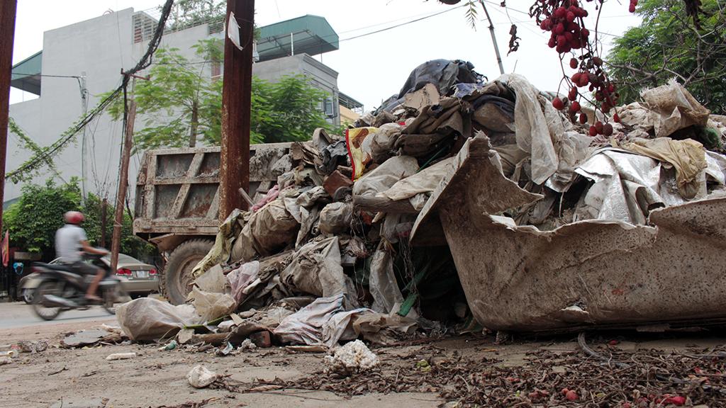 Hà Nội nhiều nơi rác thải tràn lan chất thành núi - Ảnh 3.