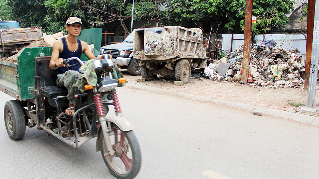 Hà Nội nhiều nơi rác thải tràn lan chất thành núi - Ảnh 4.