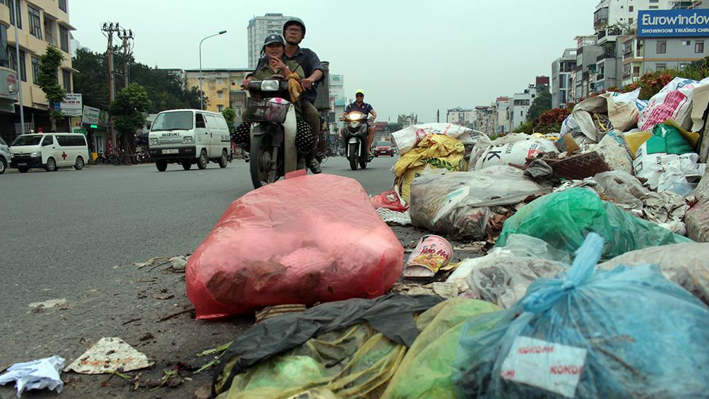 Hà Nội nhiều nơi rác thải tràn lan chất thành núi - Ảnh 5.