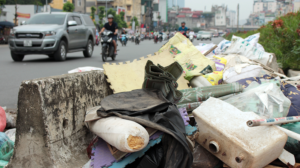 Hà Nội nhiều nơi rác thải tràn lan chất thành núi - Ảnh 6.