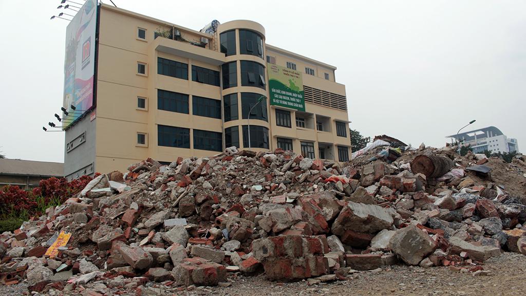 Hà Nội nhiều nơi rác thải tràn lan chất thành núi - Ảnh 9.