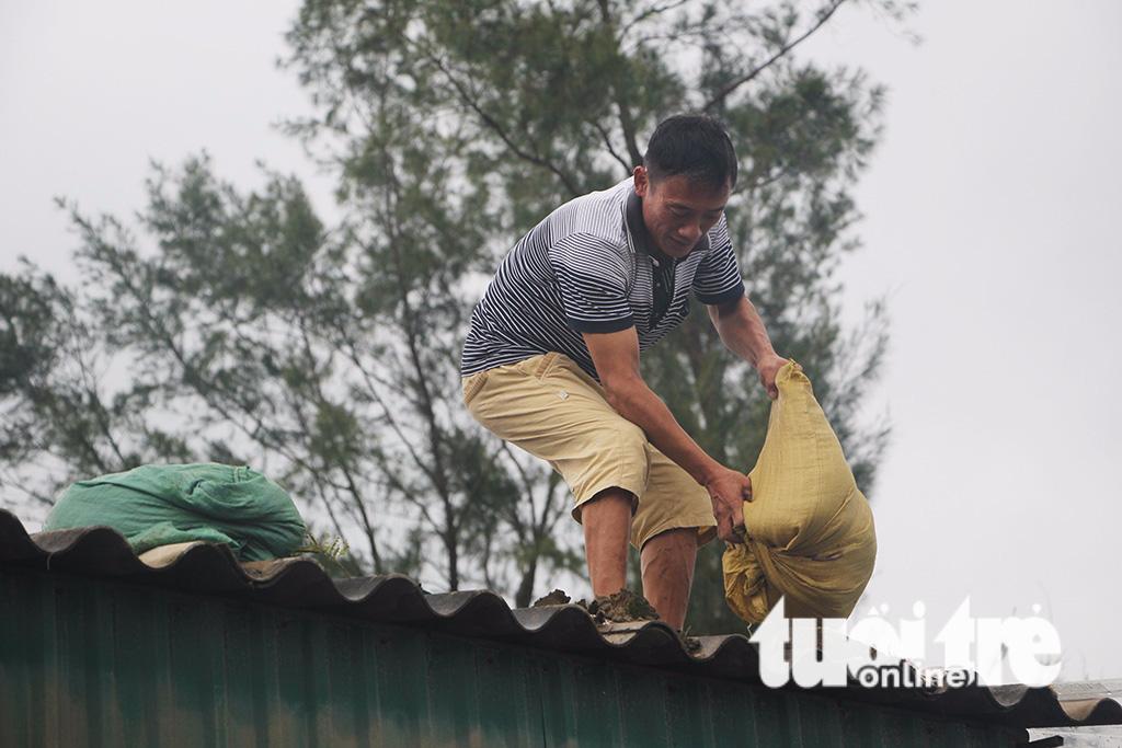 Miền Trung bắt đầu mưa lớn, dân hối hả 'chạy' bão số 10 - ảnh 1