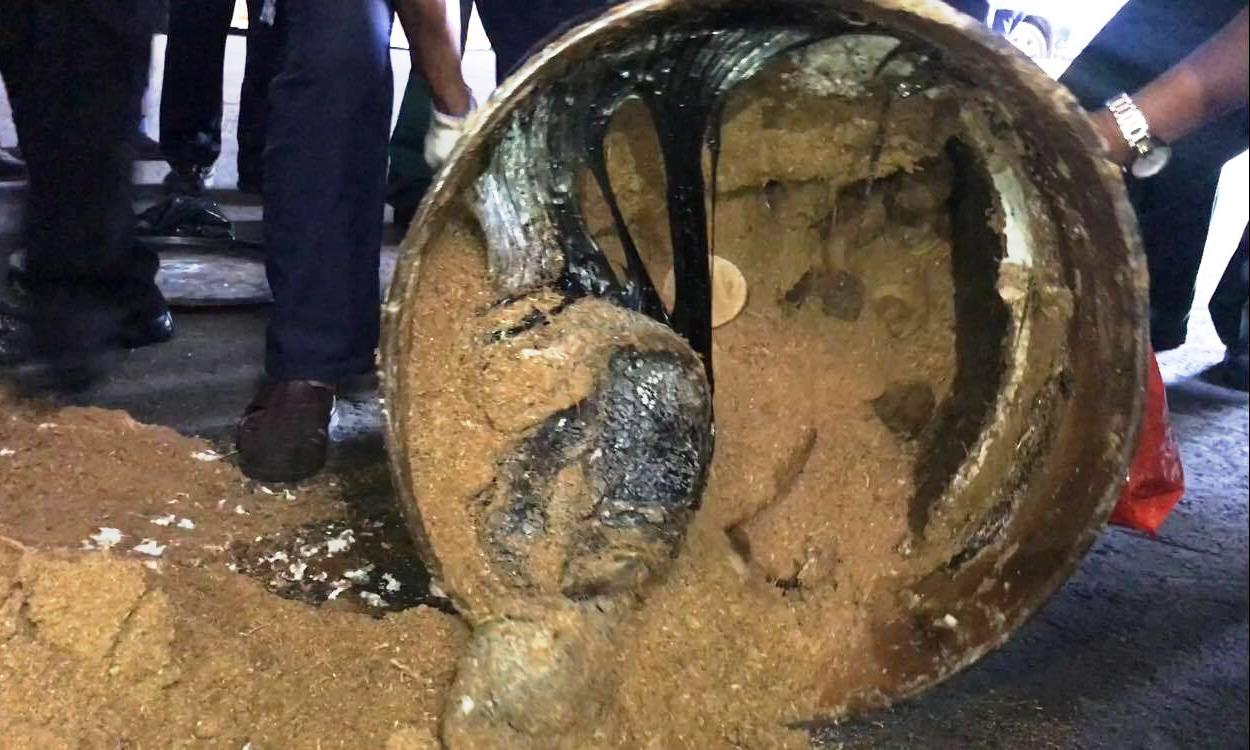 Bắt lô ngà voi lậu giấu trong 200 thùng phuy nhựa đường xuất khẩu - Ảnh 2.