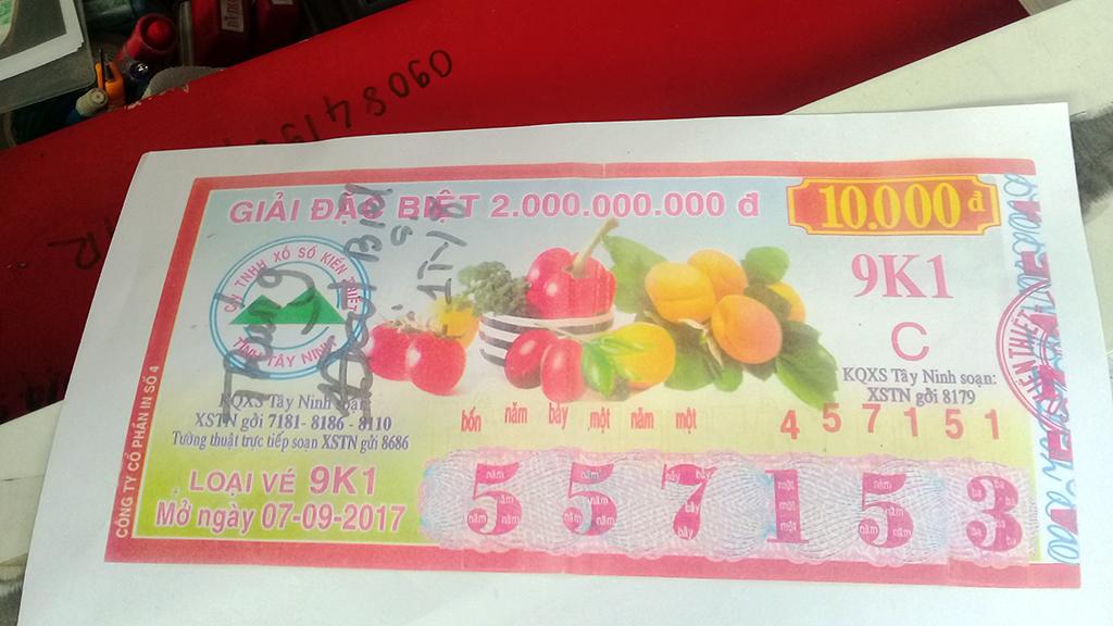 Cắt dán vé số để lãnh giải đặc biệt hơn 1,7 tỉ đồng - Ảnh 2.