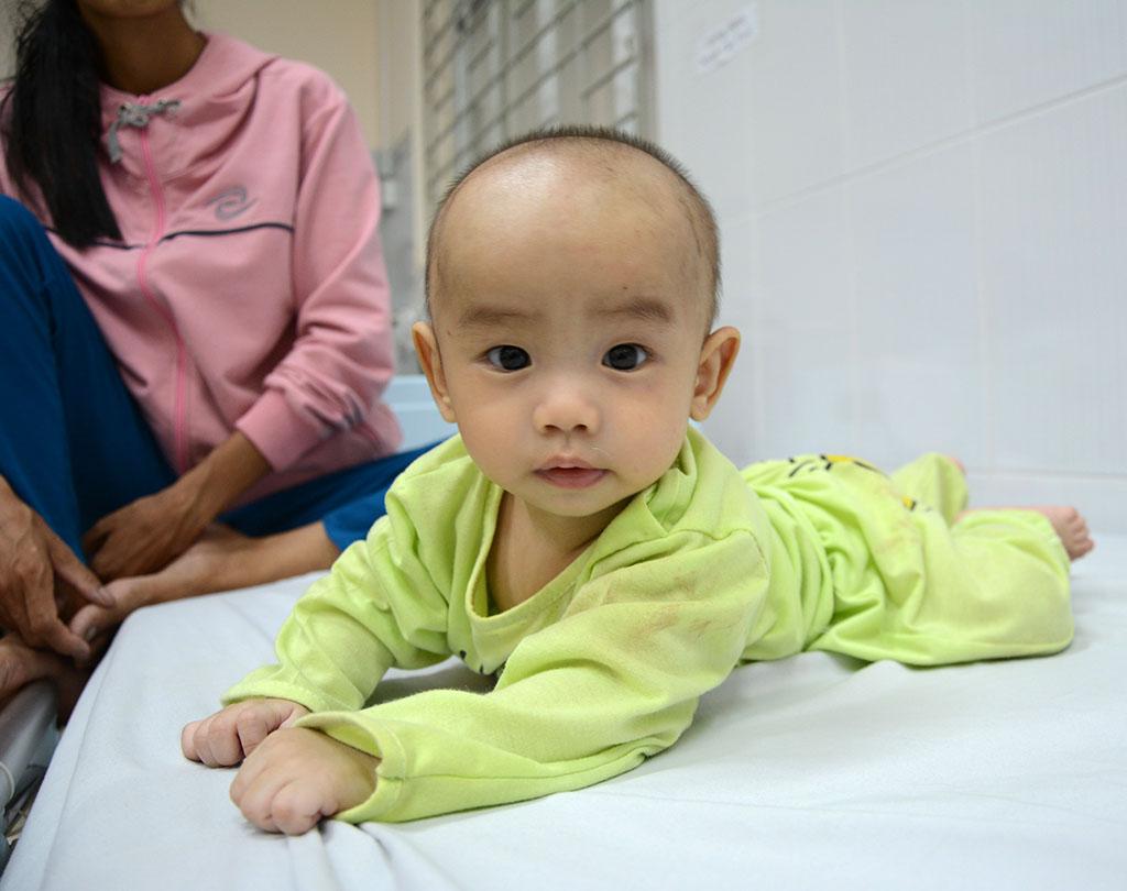 Bé trai 5 tháng thoát nạn kỳ diệu trong tai nạn xe Cúc Tùng - Ảnh 1.