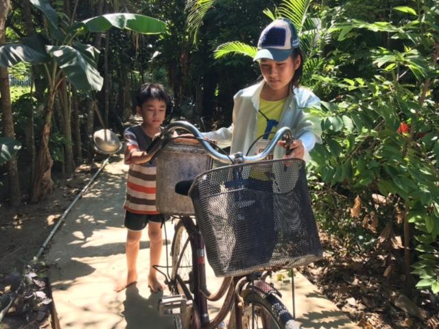 Cô bé chở nước cơm mồ côi cha, 8 năm liền học giỏi - Ảnh 3.
