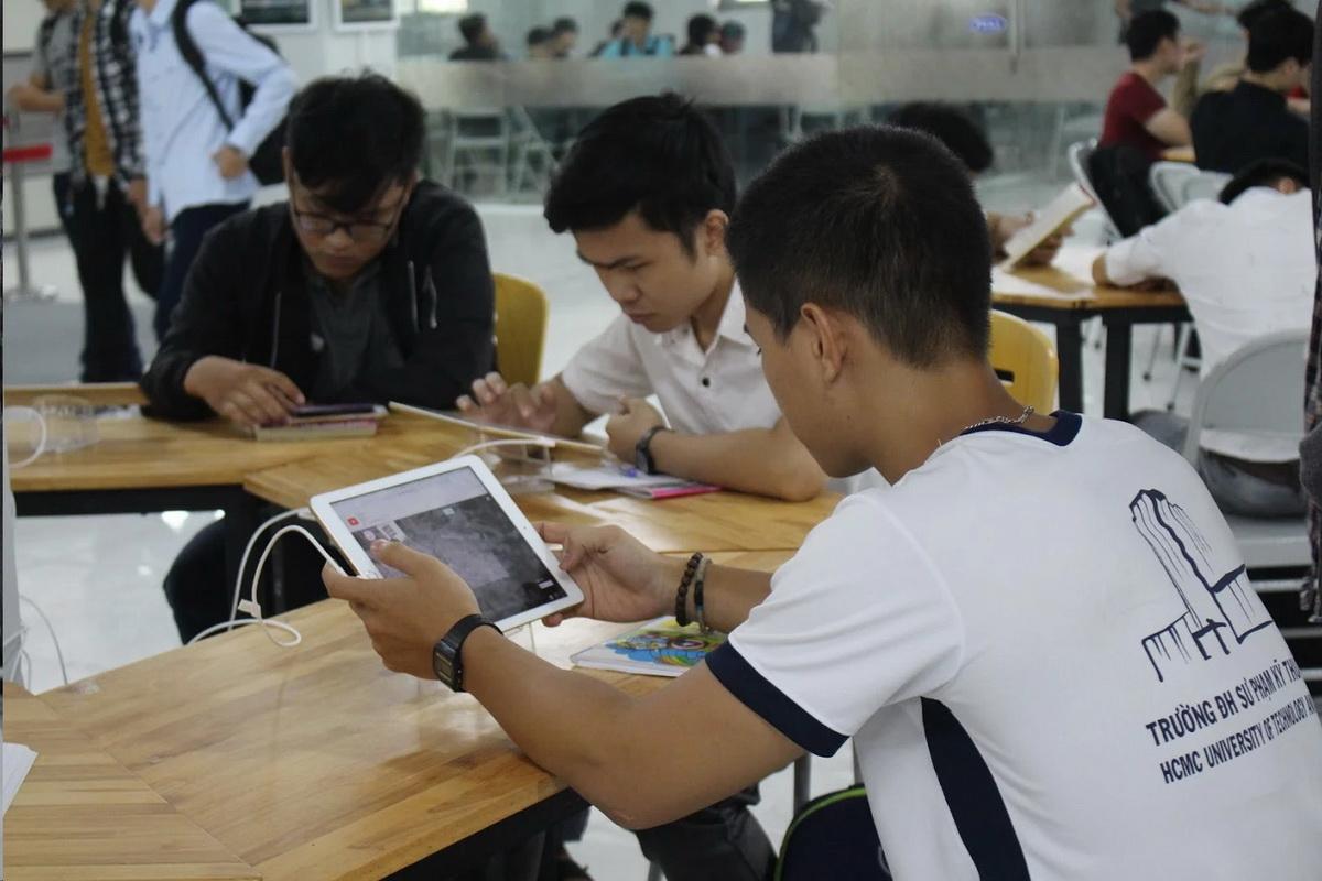 Đại học ở TP.HCM mở thư viện có võng, iPad cho sinh viên - Ảnh 1.