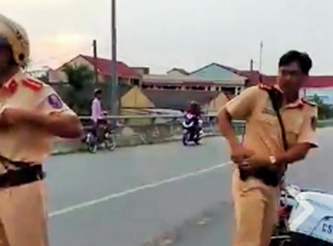 Cảnh sát rút súng khi xử lý vi phạm giao thông để tự vệ? - Ảnh 1.