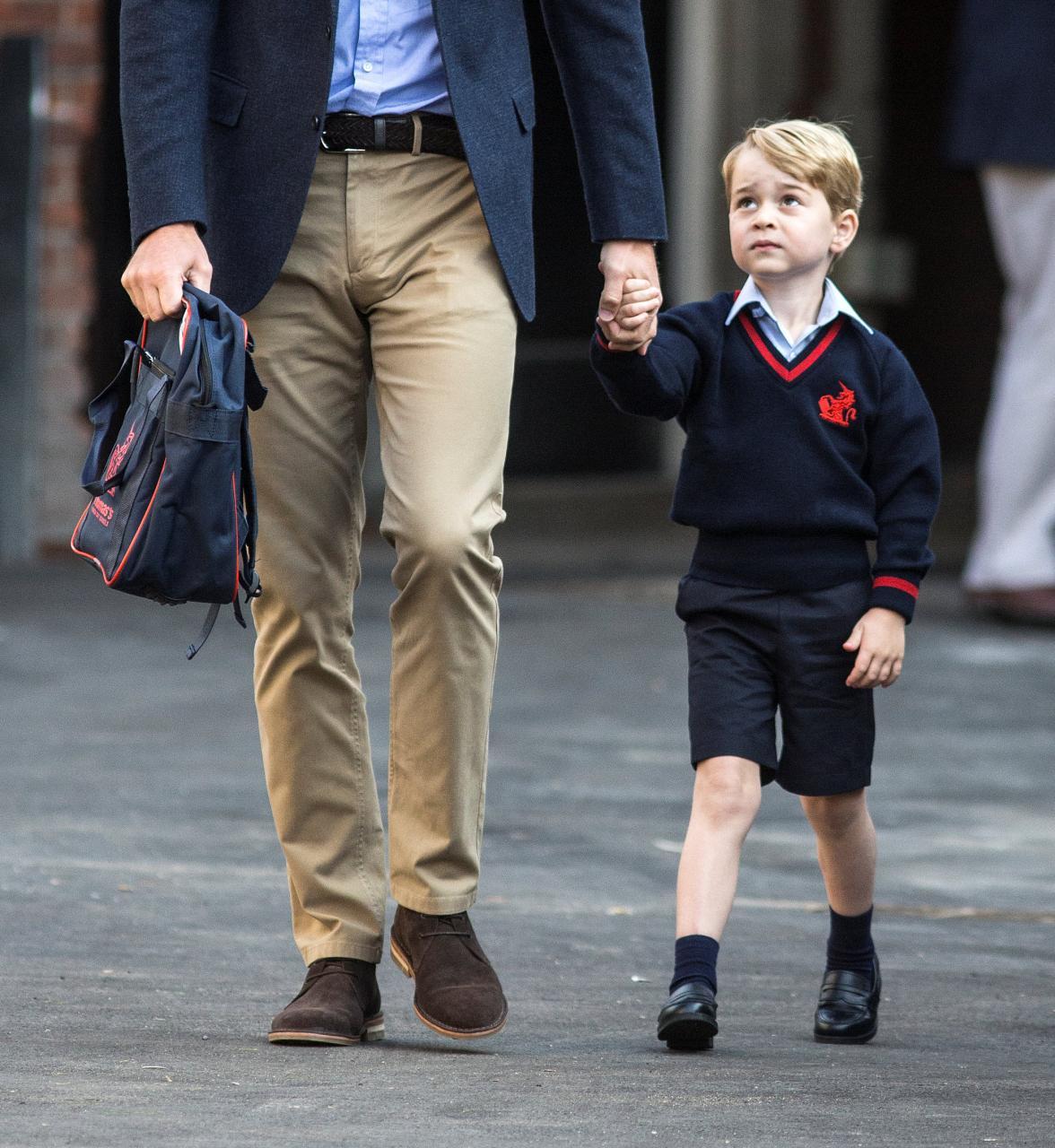 Ngày đầu đi học, Hoàng tử George căng thẳng nắm tay cha - Ảnh 4.