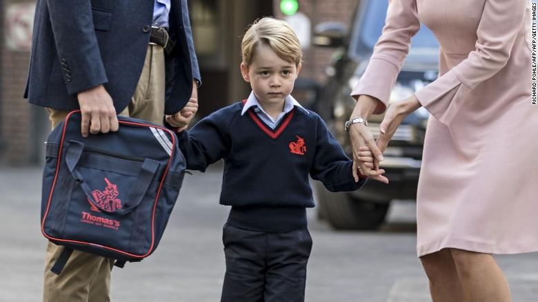 Ngày đầu đi học, Hoàng tử George căng thẳng nắm tay cha - Ảnh 1.