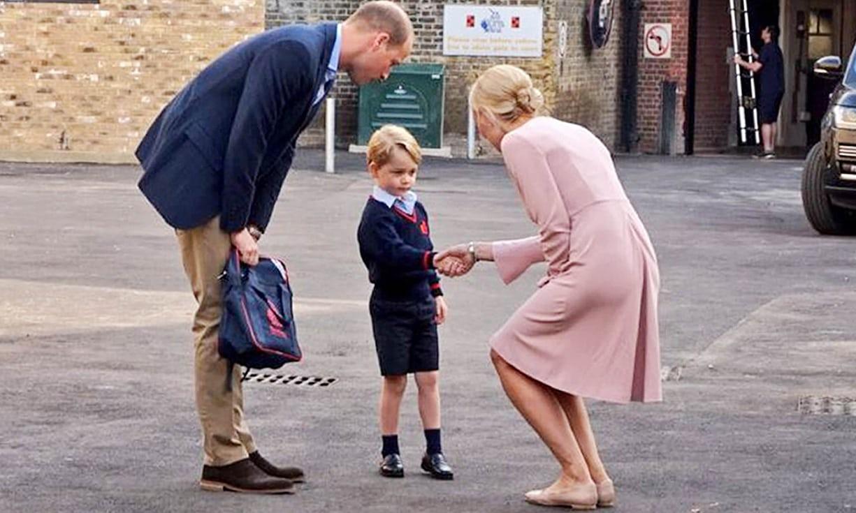 Ngày đầu đi học, Hoàng tử George căng thẳng nắm tay cha - Ảnh 5.