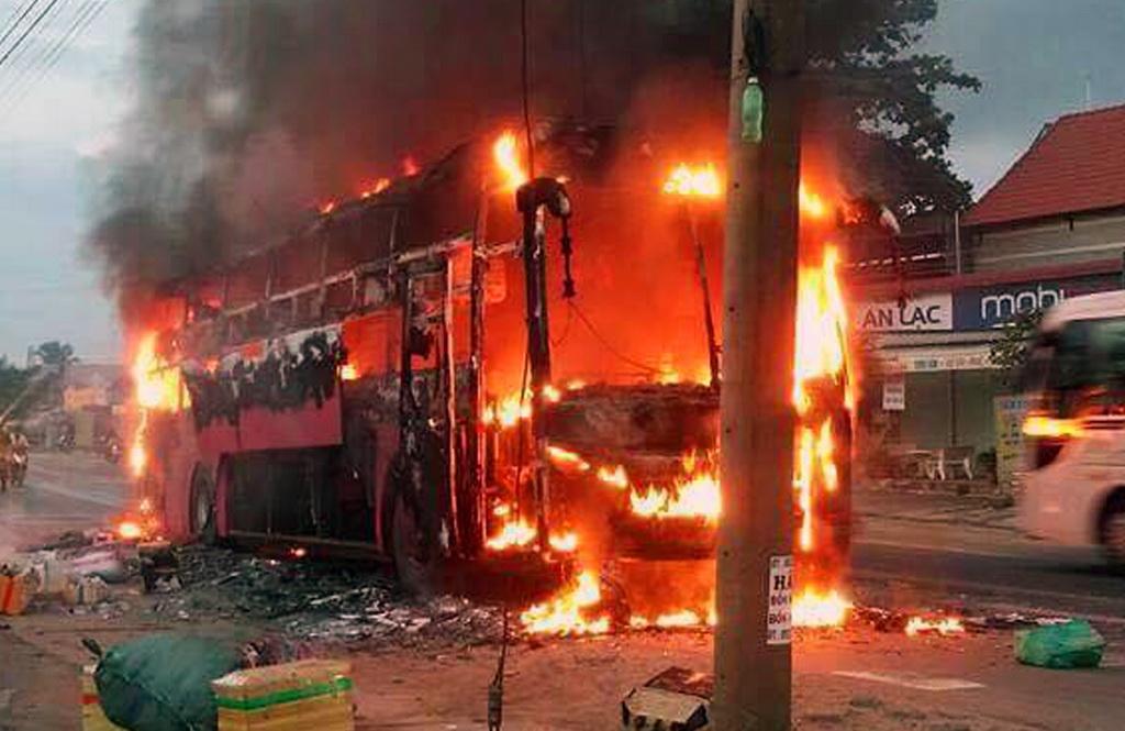 Xe khách cháy rụi lúc rạng sáng, hàng chục hành khách thoát nạn - Ảnh 1.
