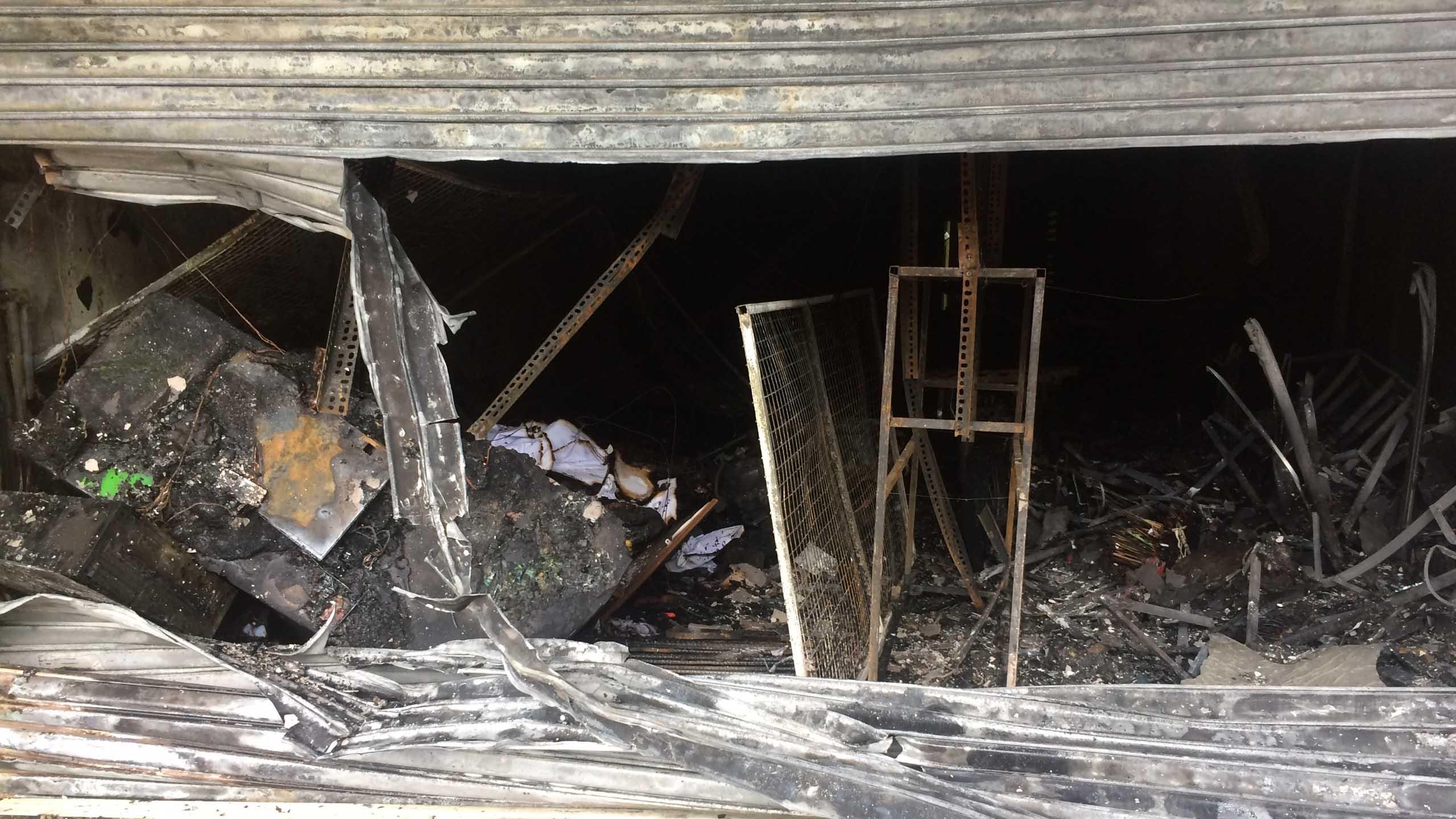 Cháy rụi cửa hàng đồ chơi, 3 người thoát nạn - Ảnh 2.