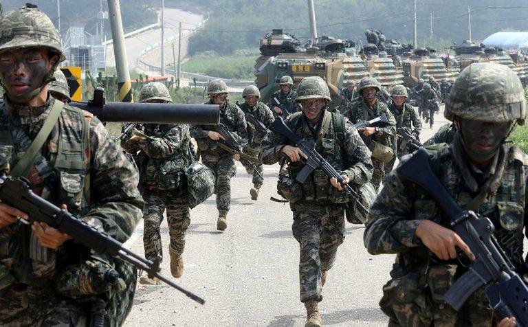 Lực lượng thủy quân lục chiến Hàn Quốc tham gia tập trận ở đảo Baegnyeong - Ảnh: REUTERS
