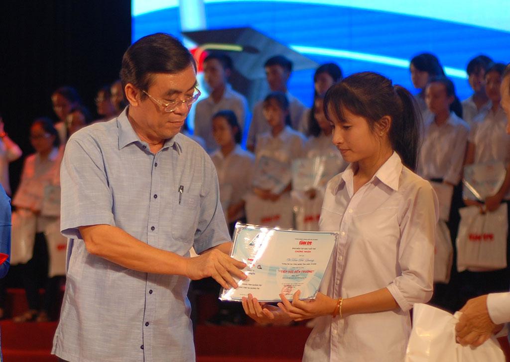 204 suất học bổng nghĩa tình cho tân sinh viên nghèo Quảng Trị - Ảnh 5.