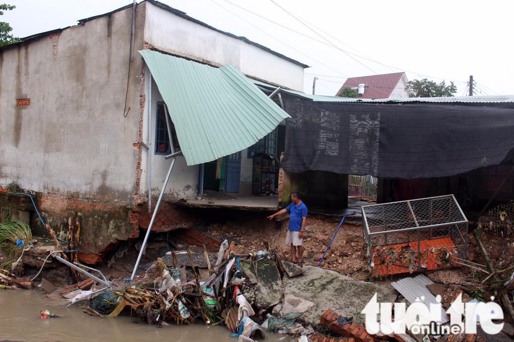 Mưa lớn, nước cuốn sập cầu và nhà dân tại TP Biên Hòa - Ảnh 1.