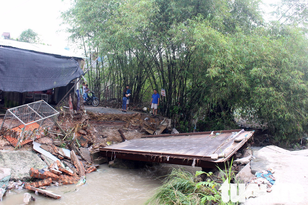 Mưa lớn, nước cuốn sập cầu và nhà dân tại TP Biên Hòa - Ảnh 2.