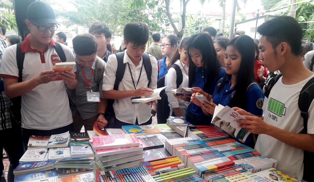 Hội sách ngay đầu năm học, sinh viên tha hồ lựa chọn - ảnh 1
