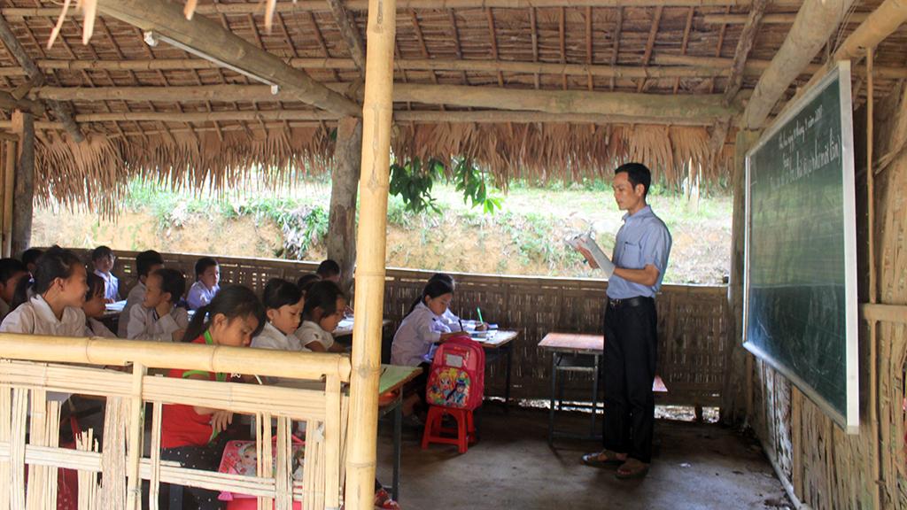 Hàng trăm học sinh học trong phòng tranh tre nứa lá - Ảnh 1.