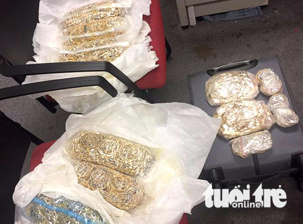 Khởi tố vụ 5 người đi máy bay quấn 30 kg vàng quanh người - Ảnh 1.
