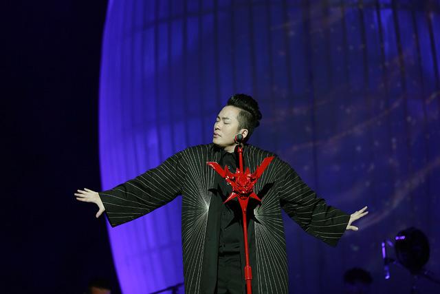 Tùng Dương 'gây sốc' với nghệ thuật đương đại trong đêm Trời và đất