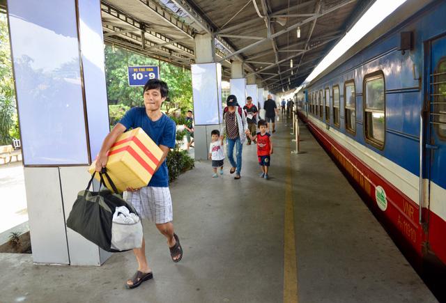Ngày 15-10, ngành đường sắt bắt đầu bán 300.000 vé Tết - Ảnh 1.