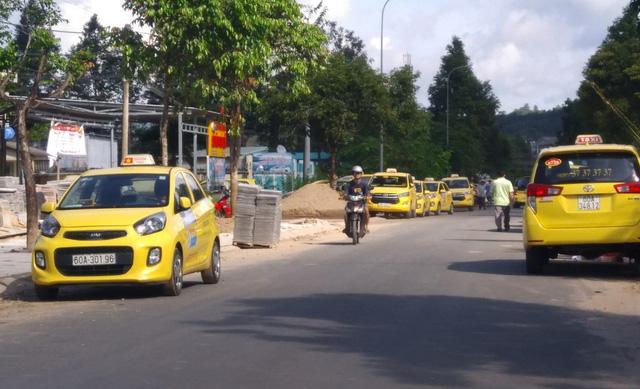 Chạy taxi được 873.000 đồng nhưng chỉ được chia 29.000 đồng - Ảnh 1.