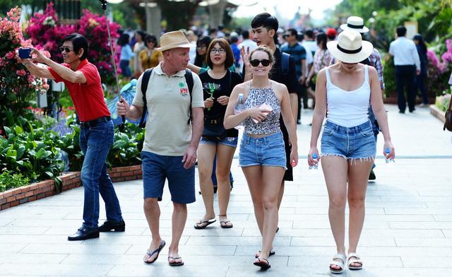 Muốn qua đêm tại Sài Gòn, du khách phải trả 23.000 đồng? - Ảnh 1.