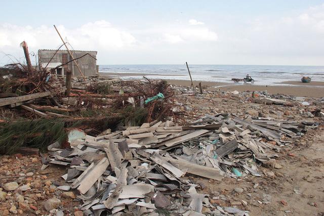 Xứ biển Kỳ Anh vẫn còn tan hoang sau bão - ảnh 1