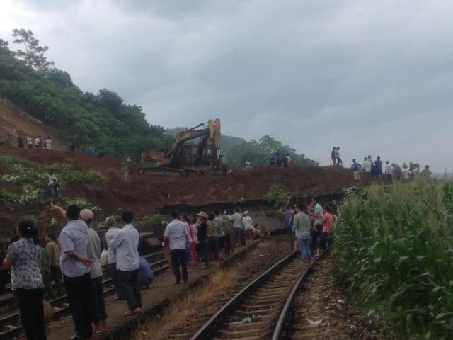 Lở đất vùi lấp 3 đường sắt, 7 toa tàu ở Yên Bái - Ảnh 2.
