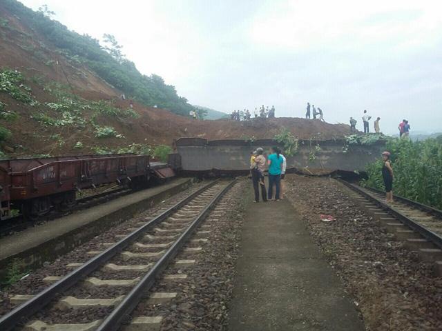 Lở đất vùi lấp 3 đường sắt, 7 toa tàu ở Yên Bái - Ảnh 3.