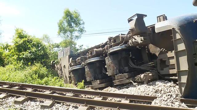 Tạm giữ tài xế máy xúc gây tai nạn cho tàu SE3 - Ảnh 3.