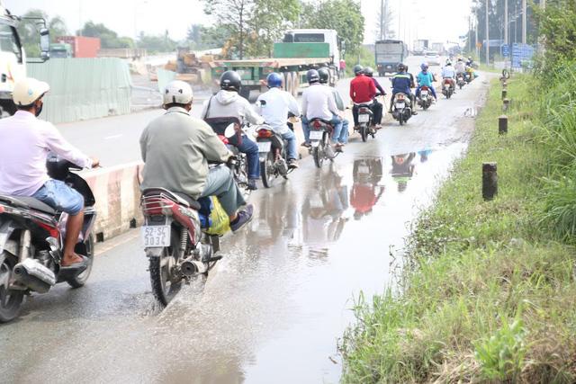 Không mưa, đường vành đai 2 TP HCM vẫn ngập nước - Ảnh 2.