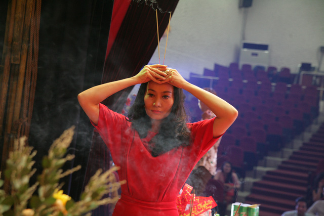 Sài Gòn cúng tổ sân khấu, lân trống rộn ràng - Ảnh 9.
