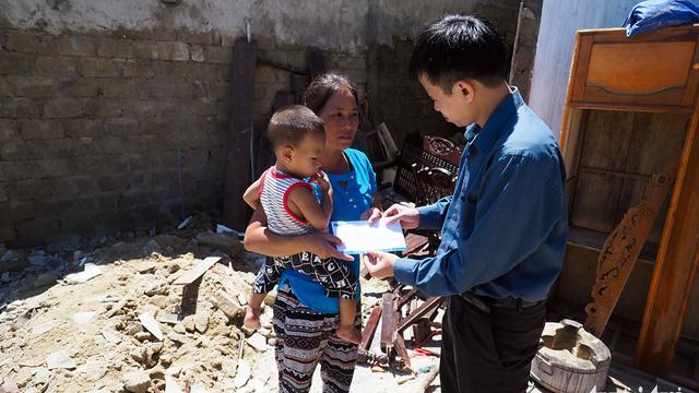 Nghĩa tình bạn đọc Tuổi Trẻ giúp dân vùng bão dựng nhà - Ảnh 8.