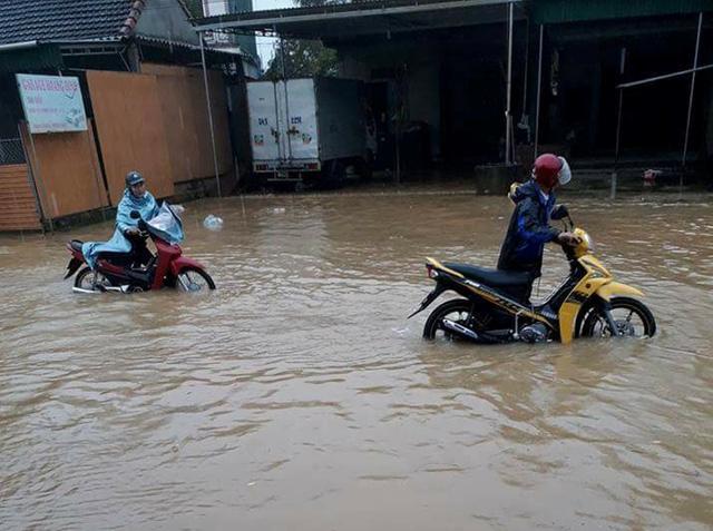 Hà Tĩnh: mưa lũ làm 1.500 hộ ngập, hơn 14.000 học sinh nghỉ học - Ảnh 1.