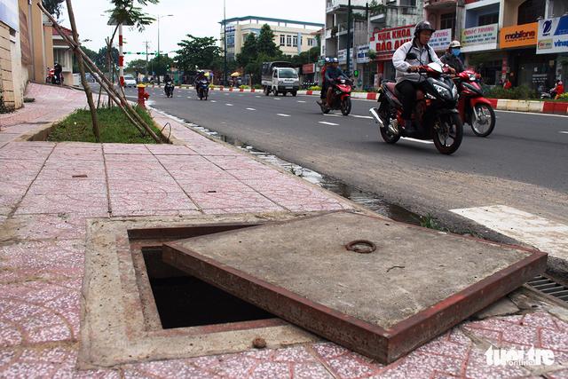 Nhiều miệng cống hỏng bẫy người đi đường tại TP.HCM - Ảnh 4.