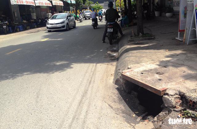 Nhiều miệng cống hỏng bẫy người đi đường tại TP.HCM - Ảnh 8.