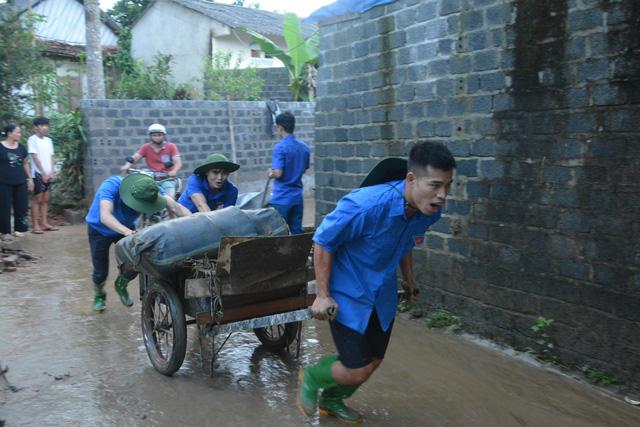 Hàng nghìn thanh niên tình nguyện giúp dân sau mưa lũ miền Bắc - ảnh 5