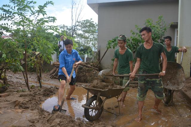 Hàng nghìn thanh niên tình nguyện giúp dân sau mưa lũ miền Bắc - ảnh 7
