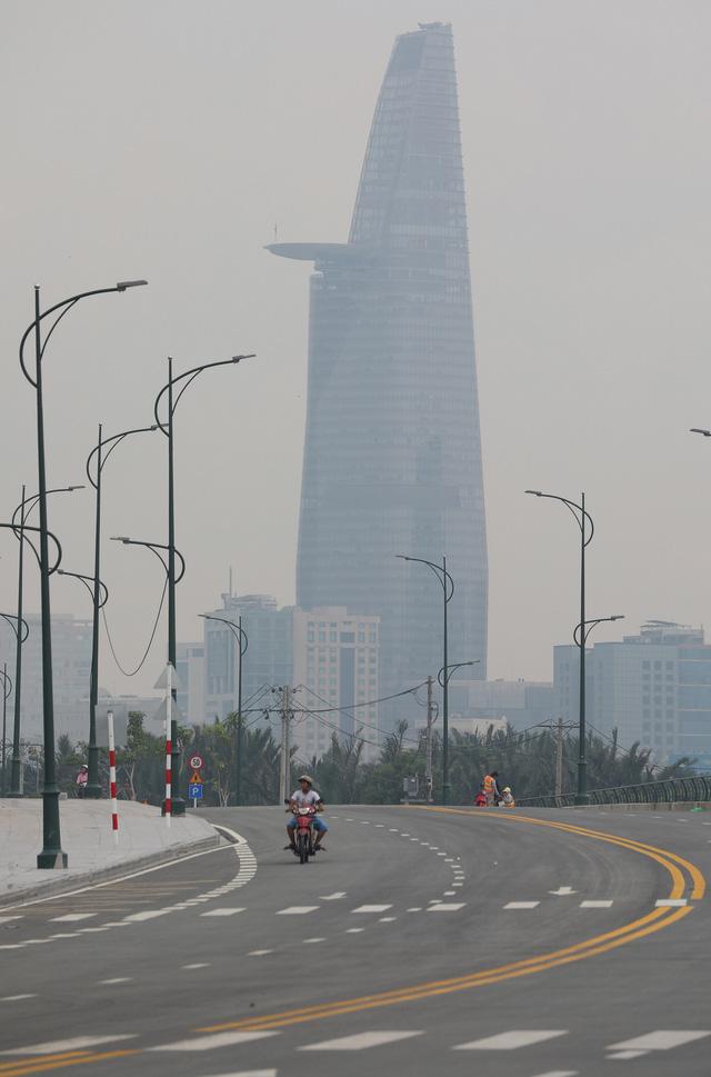 Sài Gòn giữa trưa cứ như chiều tối - Ảnh 4.