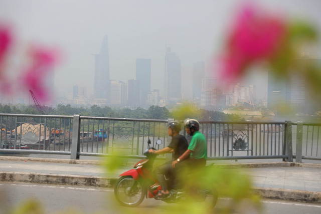 Sài Gòn giữa trưa cứ như chiều tối - Ảnh 2.