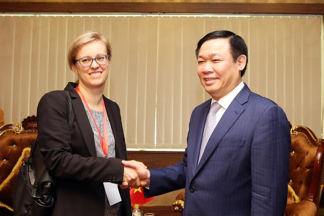 Phó Thủ tướng Vương Đình Huệ và bà Lucia Bergfeld, Bí Thư thứ nhất, Tham tán phát triển của Đại sứ quán Đức tại Việt Nam. Ảnh: VGP/Thành Chung