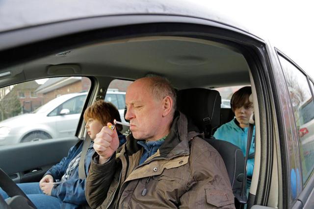 Phì phèo thuốc lá trong xe hơi gây hại như thế nào? - Ảnh 1.