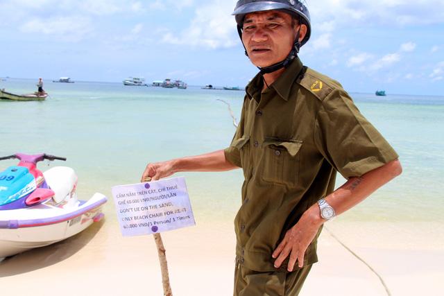 Du khách sốc với bảng cấm nằm trên bãi biển ở Phú Quốc - Ảnh 2.