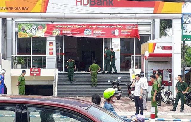 Nhóm cướp dùng trái nổ tự tạo cướp ngân hàng HD Bank - Ảnh 1.