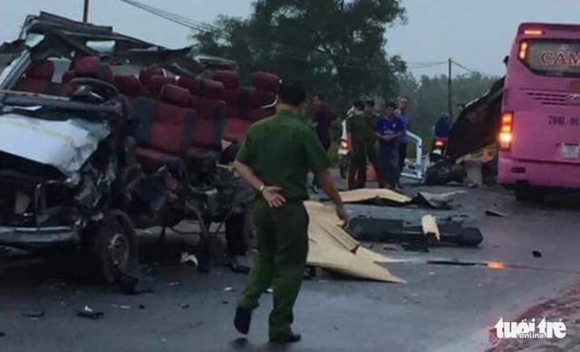 Hai xe khách tông nhau, 6 người chết, nhiều người nguy kịch - Ảnh 3.