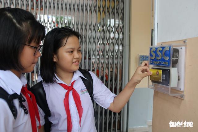 Học sinh hào hứng với quẹt thẻ điểm danh đầu ngày - Ảnh 1.